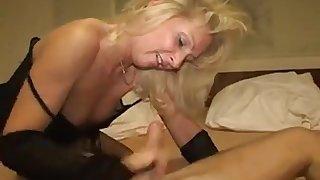 Reife Blondine verführt junge hübsche Nachbarin