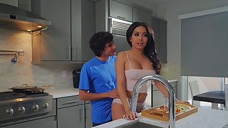 Aaliyah Hadid treats stepmom Alura TNT Jenson in the air a Mother's Day treat