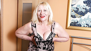 Raunchy British Housewife Carrying-on With Her Hairy Snatch - MatureNL